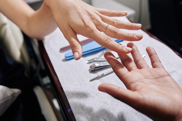 Donna che visita manicure