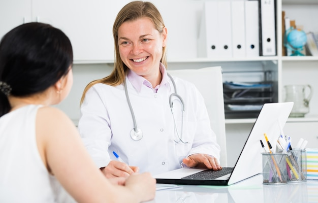 Donna che visita medico femminile