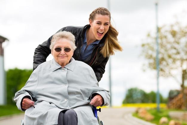 Donna che visita sua nonna