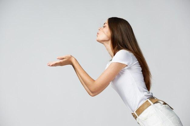 Donna chinandosi tiene le mani davanti alla sua luce