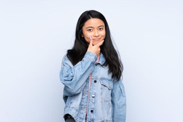 Donna cinese dell'adolescente isolata sull'azzurro