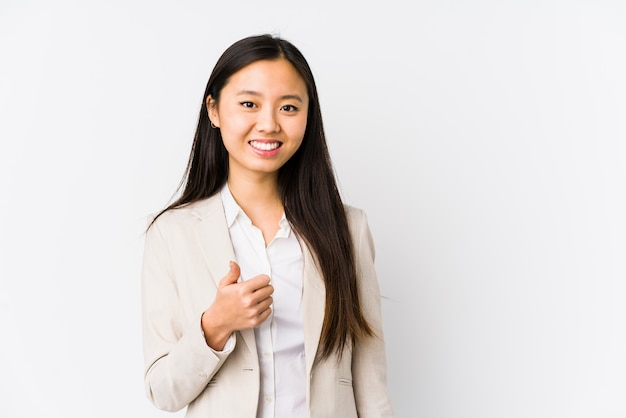 Donna cinese di giovani affari che sorride e che alza pollice in su