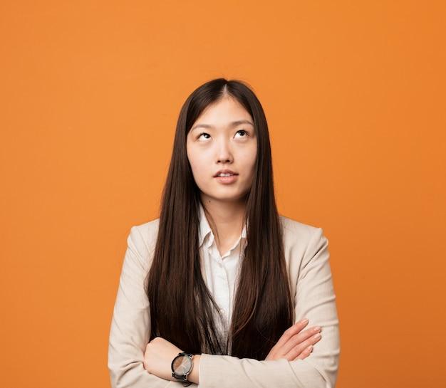 Donna cinese di giovani affari stanca di un compito ripetitivo.