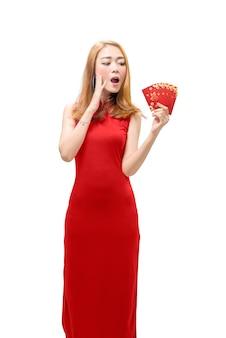 Donna cinese felice che indossa abito cheongsam e che tiene buste rosse