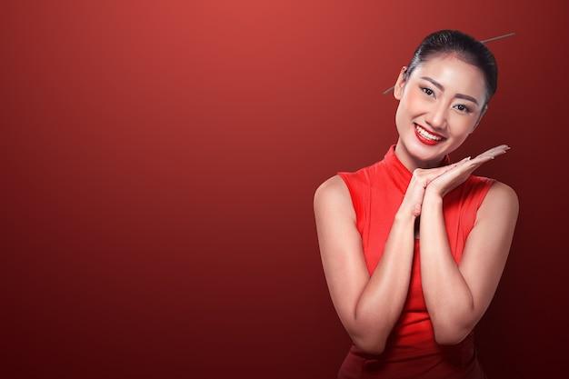 Donna cinese in abito cheongsam