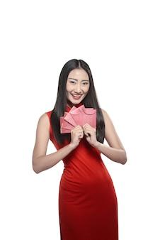 Donna cinese in abito rosso cheongsam