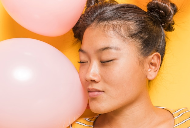 Donna circondata da palloncini rosa