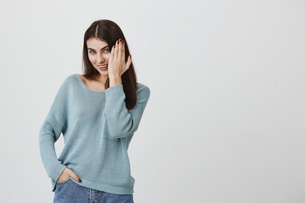 Donna civettuola sorridente che mostra mano con il manicure