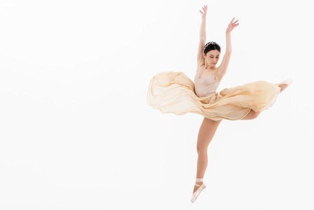 Donna classica di balletto che esegue danza