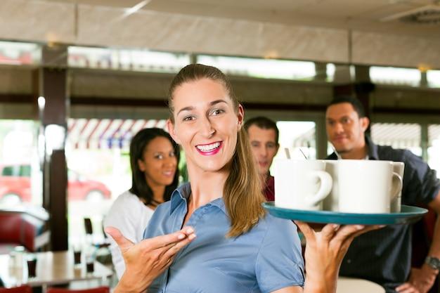 Donna come cameriera in un bar