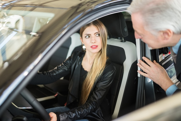 Donna commerciante di auto