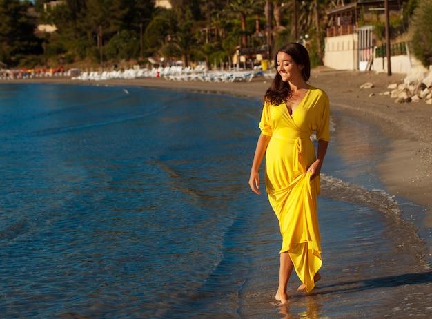 Donna con abito lungo giallo