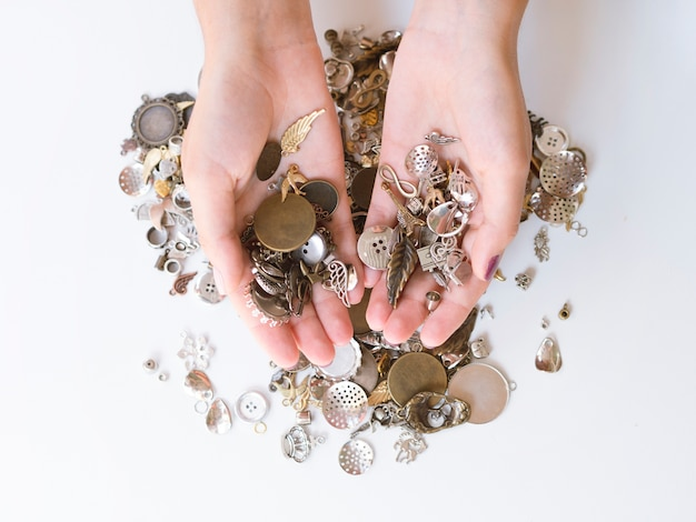 Donna con accessori metallici
