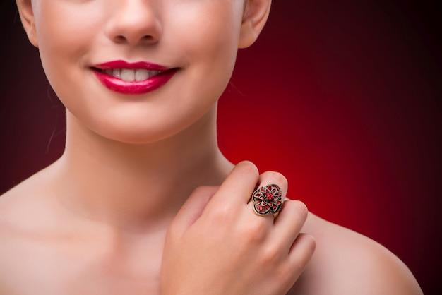 Donna con anello piacevole nel concetto di bellezza