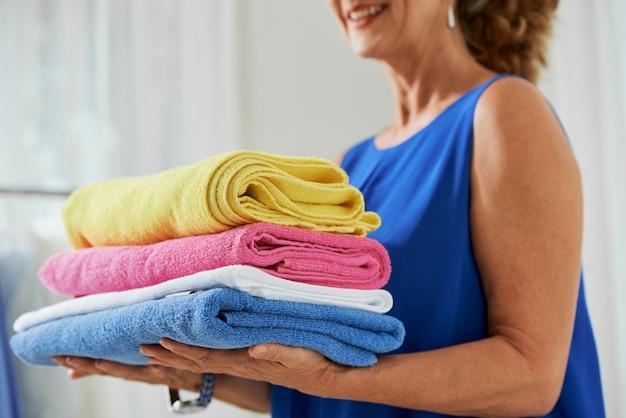 Donna con asciugamani puliti