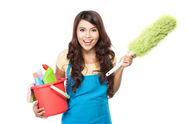 Donna con attrezzature per la pulizia