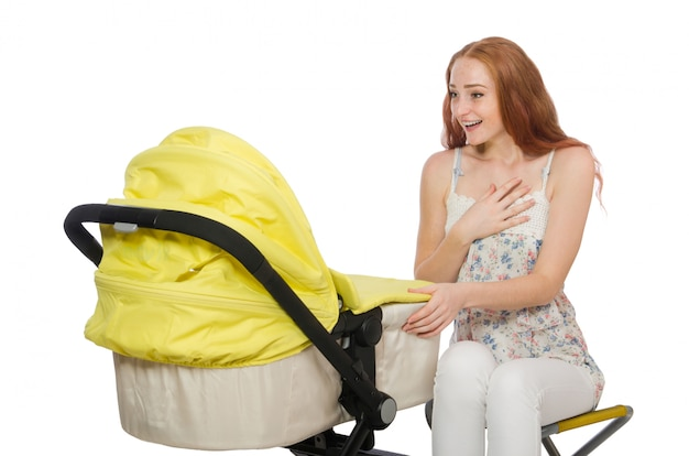 Donna con bambino e carrozzina isolato su bianco