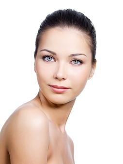Donna con bel viso con pelle pulita su di esso