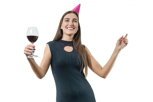 Donna con bicchiere di vino rosso, in cappelli da festa