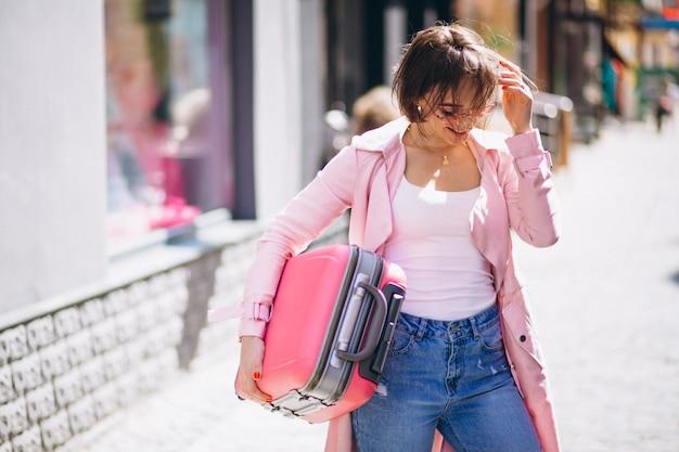 Donna con borsa da viaggio