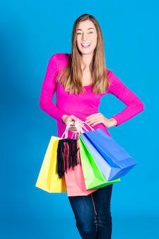 Donna con borse della spesa colorate