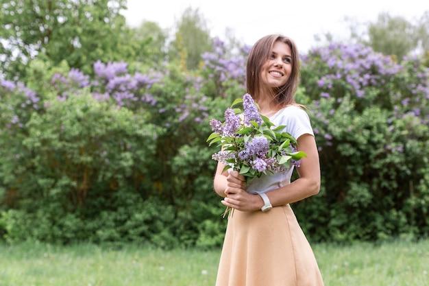 Donna con bouquet di lavanda
