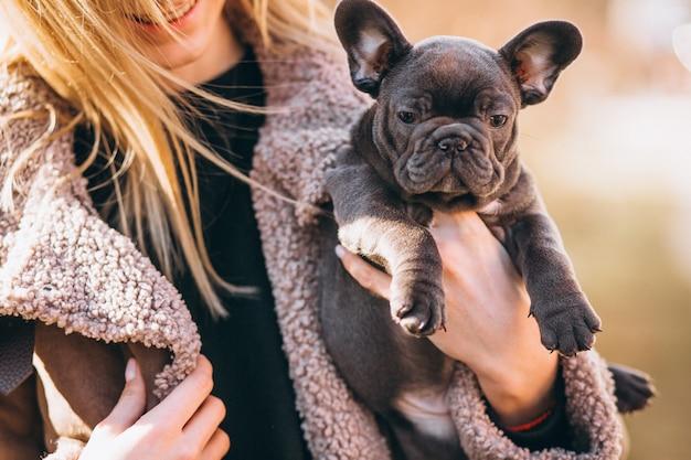Donna con bulldog francese