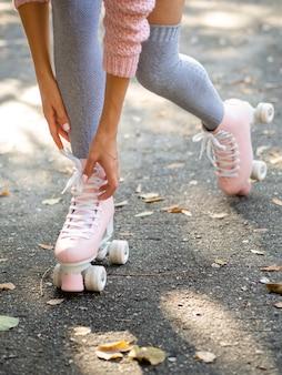 Donna con calze in pattini a rotelle