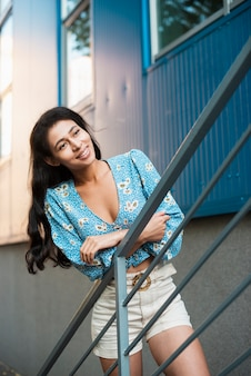 Donna con camicia floreale che osserva via
