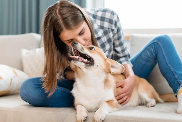 Donna con cane carino sul divano