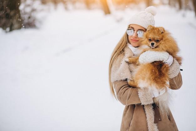 Donna con cane in inverno