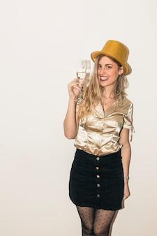 Donna con cappello con bicchiere di champagne