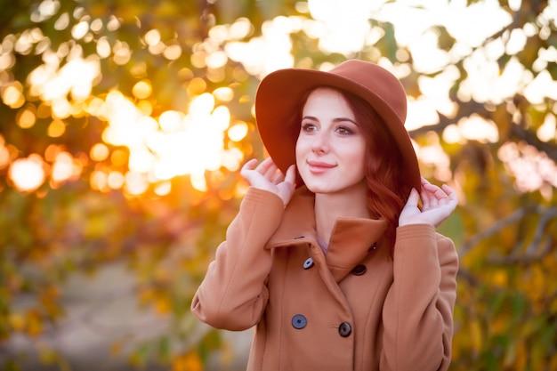 Donna con cappello e cappotto