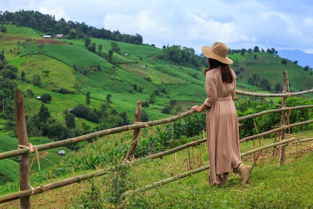 Donna con cappello e guardando la montagna, peang bong pa, marmellata mae, chiang mai, thailandia