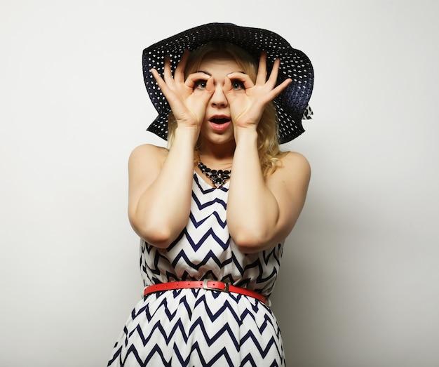 Donna con cappello estivo di paglia