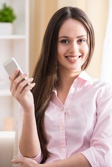 Donna con cellulare