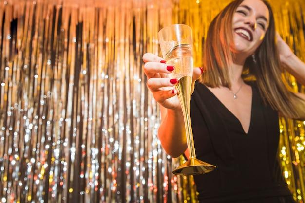 Donna con champagne alla celebrazione del nuovo anno