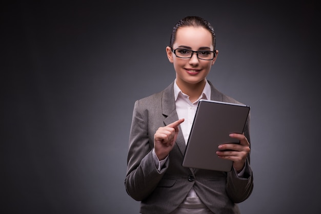 Donna con computer tablet nel business