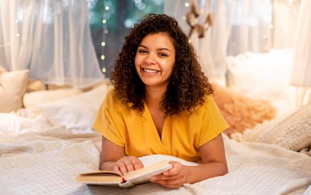 Donna con cute lettura dei capelli