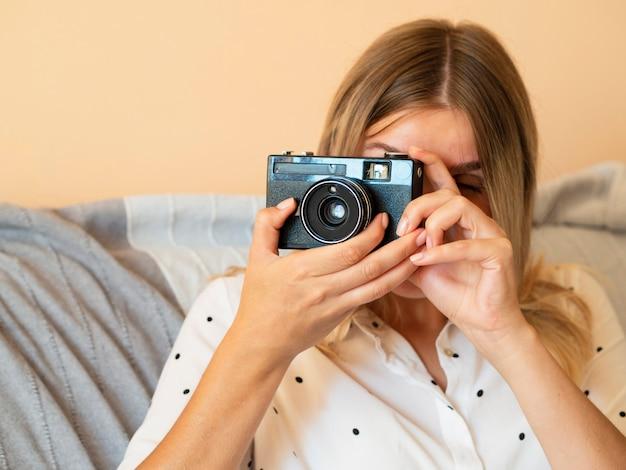 Donna con dispositivo elettronico della fotocamera