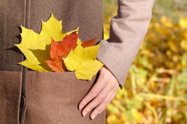 Donna con foglie in tasca