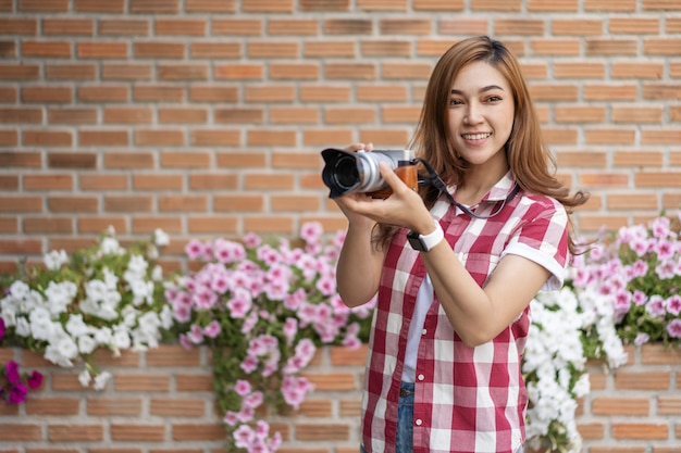 Donna con fotocamera mirrorless