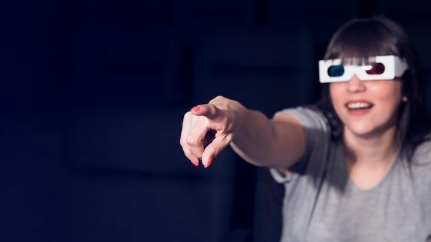Donna con gli occhiali 3d nel cinema