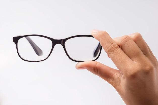 Donna con gli occhiali neri