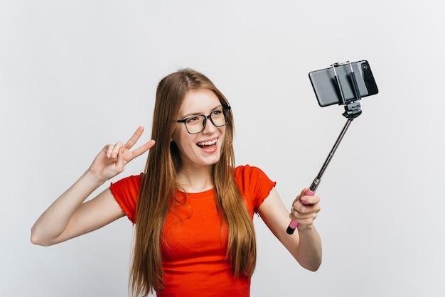 Donna con gli occhiali prendendo un selfie