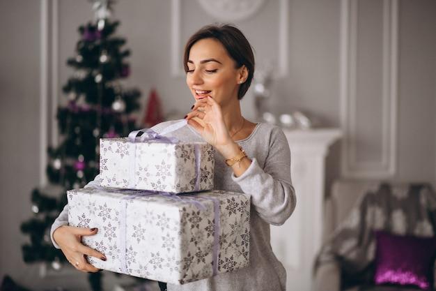 Donna con grandi regali di natale