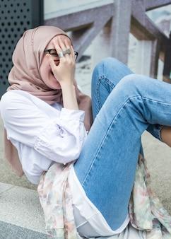 Donna con hijab e camicia bianca
