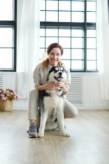 Donna con husky