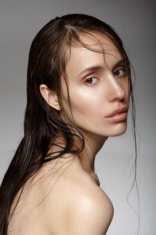 Donna con i capelli bagnati mezzo giro.