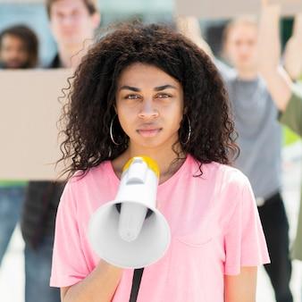 Donna con i capelli ricci che protestano